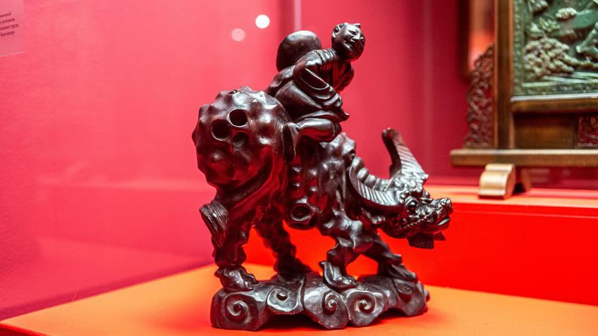 Мальчик, сидящий на буйволе::Пять символов счастья. Выставка Государственного Эрмитажа