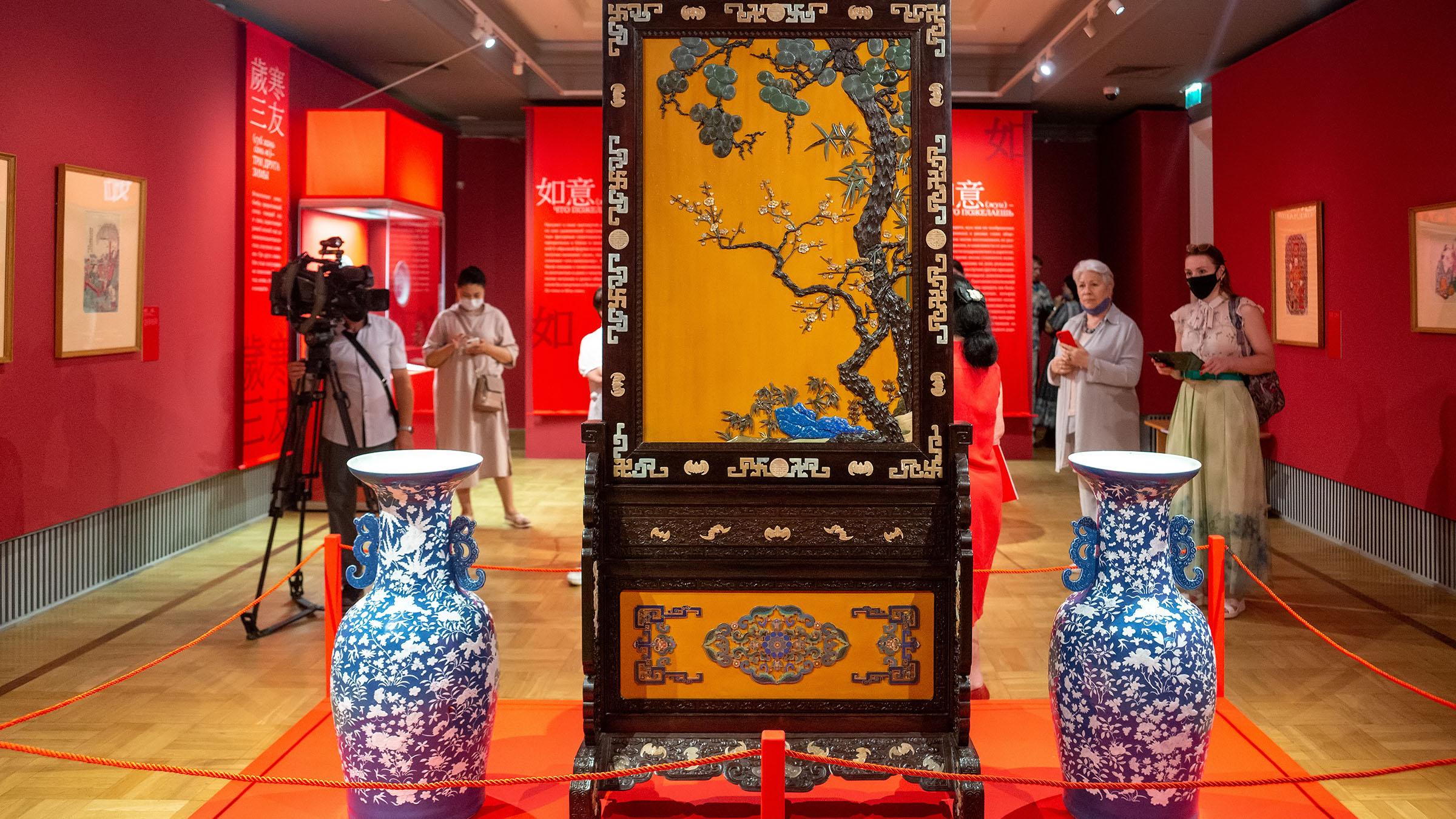 Напольный двусторонний экран «Три друга зимы» на подставке /::Пять символов счастья. Выставка Государственного Эрмитажа