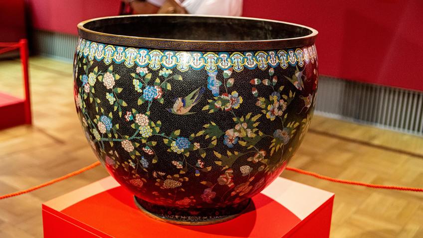 Большое кашпо с изображением цветов, птиц и бабочек::Пять символов счастья. Выставка Государственного Эрмитажа