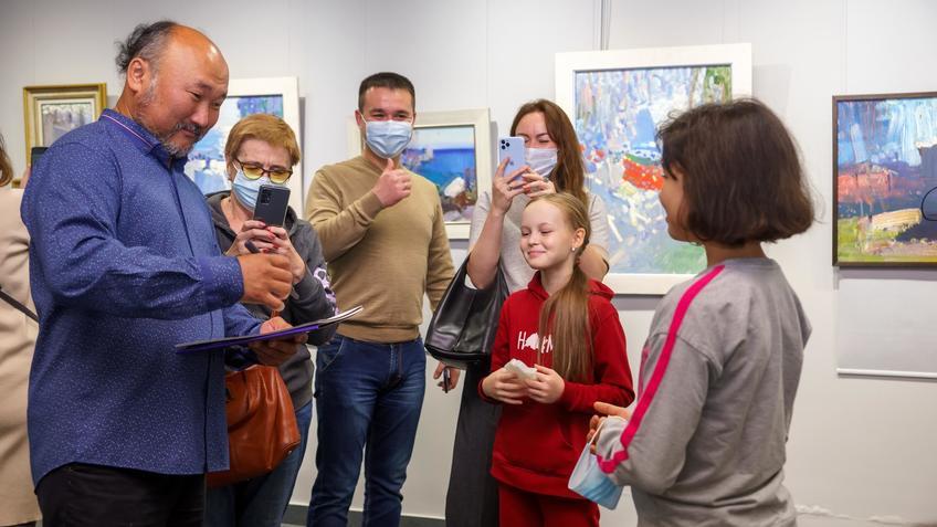 Бато Дугаржапов на открытии выстакви «Мы вместе». Шарж в подарок::Бато Дугаржапов, Ирина Митрикова «Без булдырабыз! Мы можем!»