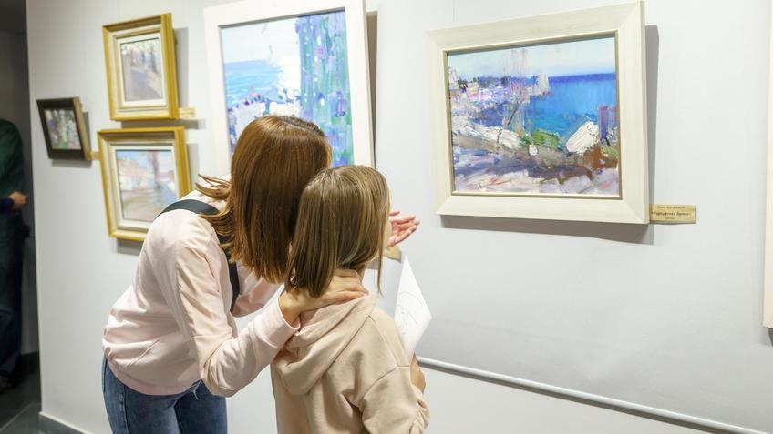 Возле картины Б.Дугаржапова «Гурзуфская бухта»::Бато Дугаржапов, Ирина Митрикова «Без булдырабыз! Мы можем!»