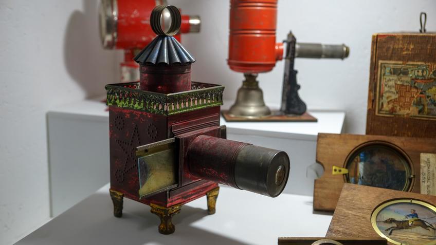 Самый старый на выставке проектор ( пр-во Франция, 1850)::Выставка анимационных игрушек «ПРЕСИНЕМА»