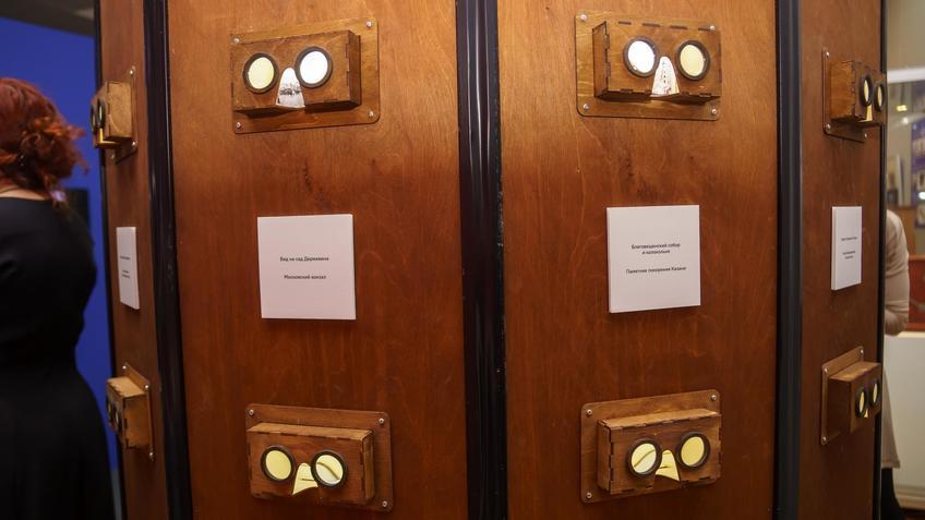 Шкаф для просмотра старинных изображений  видов Казани::Выставка анимационных игрушек «ПРЕСИНЕМА»